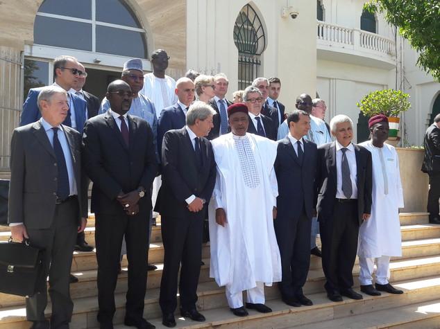 """Gentiloni in Niger, """"fermare catastrofe umanitaria dei migranti"""""""