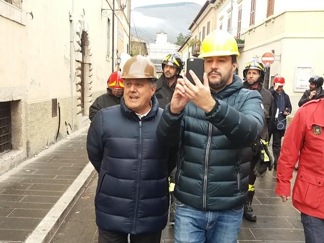 Terremoto: Salvini visita zona rossa Norcia con vicesindaco