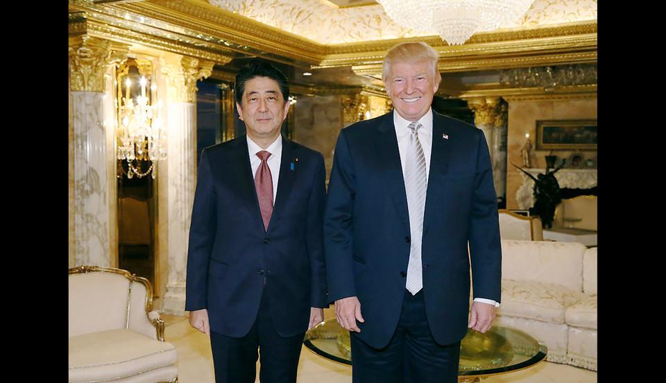 Da sinistra a destra: Il Primo Ministro giapponese Abe e il prossimo Presidente USA Donald Trump (http://www.agi.it)