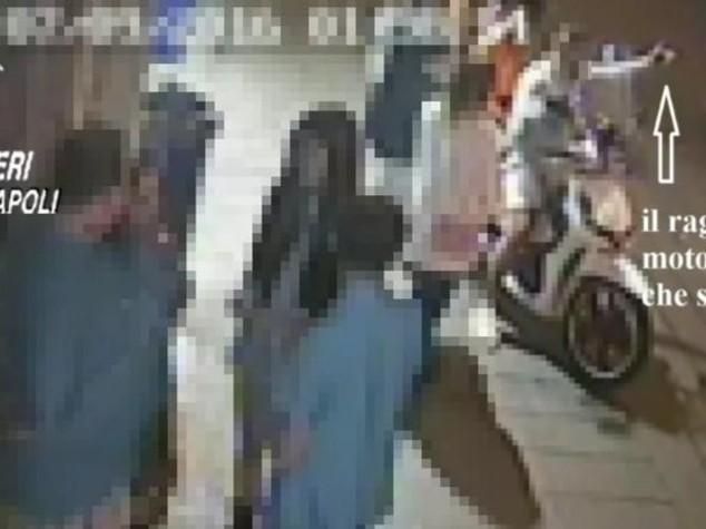 Sparatoria dimostrativa a via Toledo, due arresti - Video