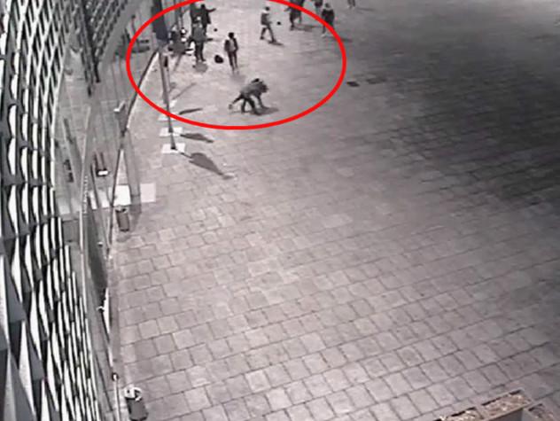 Milano, maxi-rissa sotto la sede della Regione Lombardia: due giovani filippini accoltellati