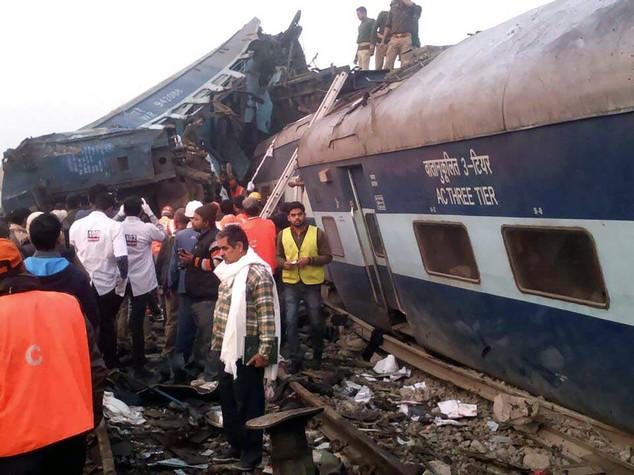 India: binario rotto fa deragliare un treno, 200 morti