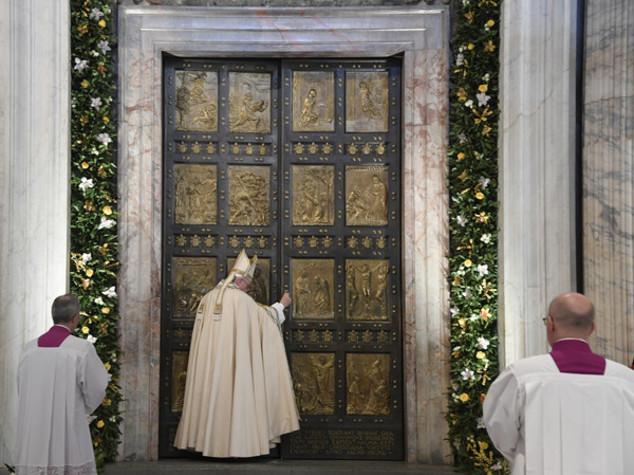 "Papa chiude Porta Santa, ""Misericordia resti attiva"" - Foto"