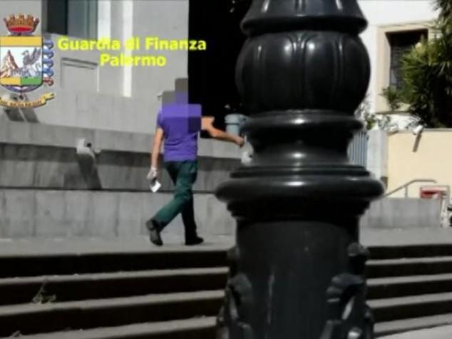 Falso cieco da oltre 10 anni, incastrato a Palermo - VIDEO