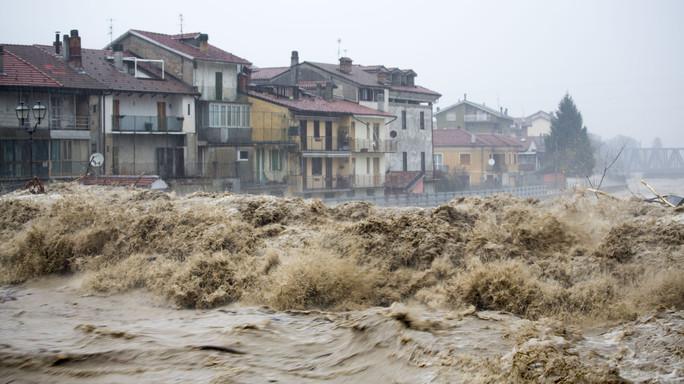 Incubo alluvione in Piemonte e Liguria, esonda il Tanaro