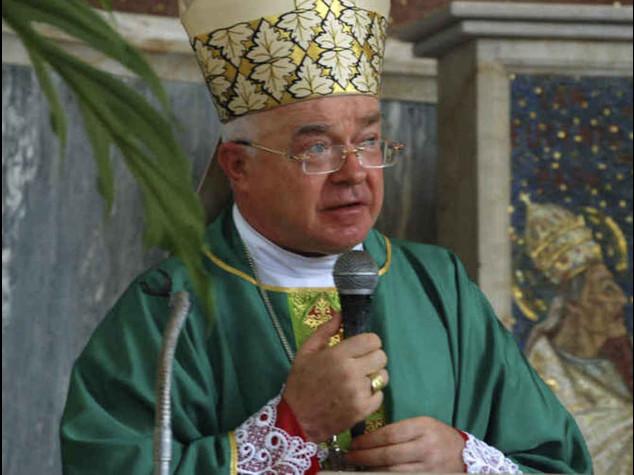 Papa fa arrestare l'arcivescovo pedofilo; rischia fino a 7 anni di carcere