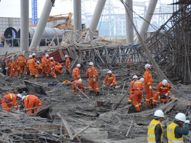 Crolla impalcatura in Cina, muoiono 74 lavoratori