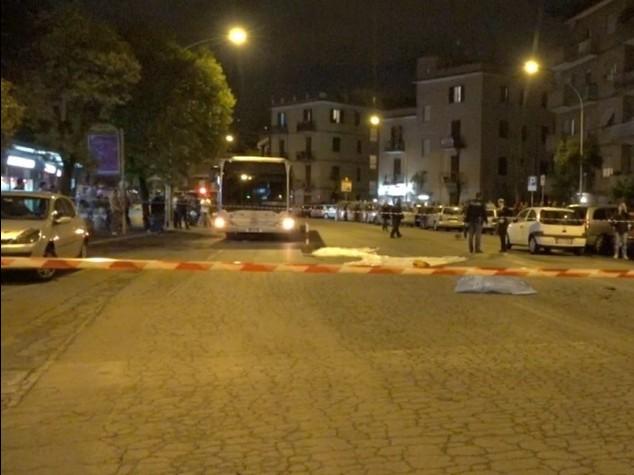 Piombano con l'auto su una fermata del bus a Roma, un morto e 8 feriti. Caccia a due rom