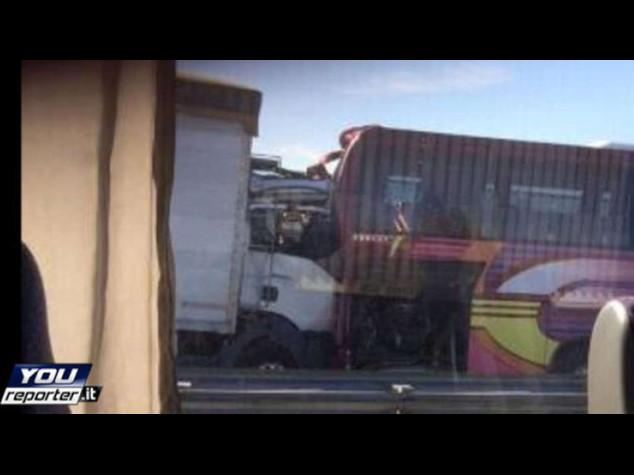 Camion tampona pullman scolaresca sull'A4, 35 feriti lievi - Video