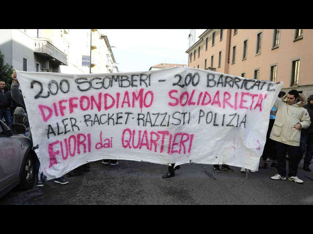 Ancora sgomberi e scontri con i centri sociali a Milano - Video
