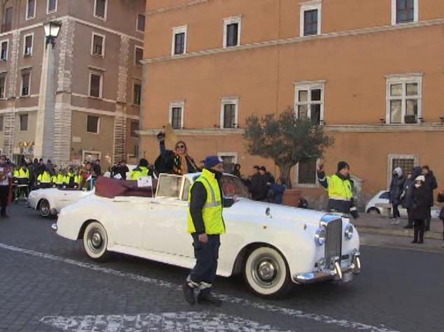 Befana in Limousine e Re Magi in carrozza, 1300 in corteo a San Pietro - Video