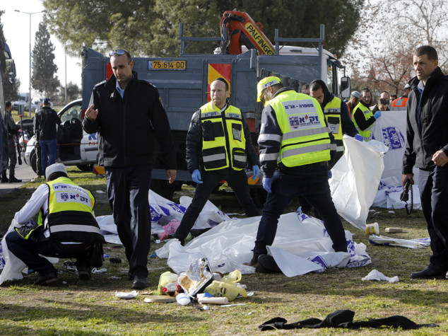 Medioriente, camion travolge pedoni a Gerusalemme: 4 morti, ucciso l'attentatore
