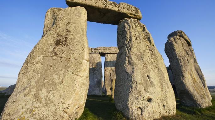 Non vuole pagare il parcheggio per andare a Stonehenge. E Re Artù si rivolge al tribunale