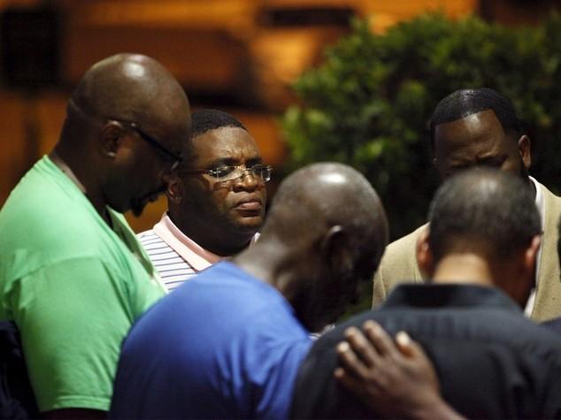 Usa:strage chiesa afroamericani 9 morti, caccia a 21enne bianco