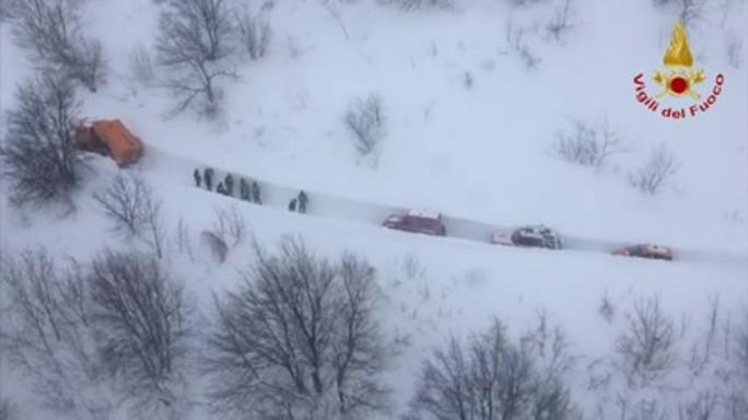 La colonna dei soccorsi raggiunge l'hotel di Rigopiano