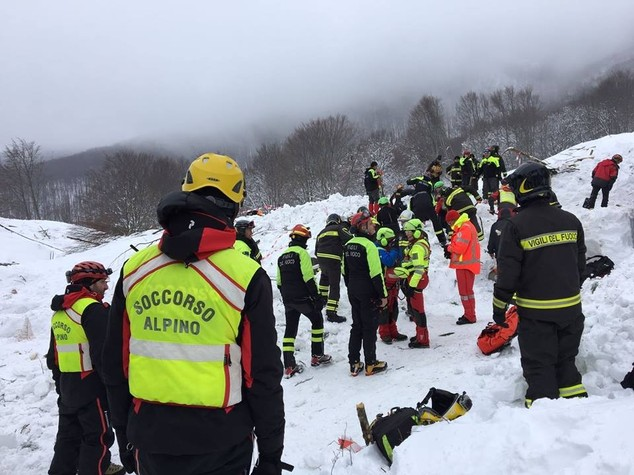 Rigopiano, i soccorritori individuano una sesta vittima. Sale a 24 il numero dei dispersi
