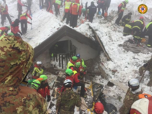 A Rigopiano recuperato un altro corpo, le vittime sono 18. Cosa sappiamo finora