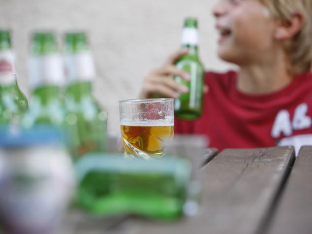 Un adolescente su 5 esagera con l'alcol