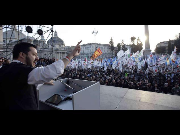 """Salvini porta i leghisti a Roma """"Renzi servo sciocco dell'Ue"""""""