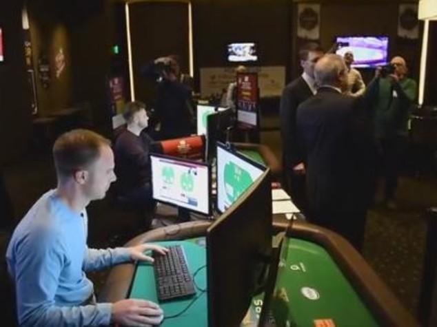 I computer hanno imparato a bluffare. Per la prima volta battono l'uomo a poker