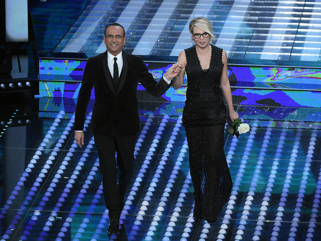 Sanremo 2017: Robbie Williams bacia Maria De Filippi