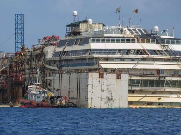 La Costa Concordia e' tornata a galleggiare; spostata di 30 metri