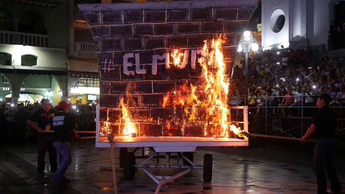 Carnevale, in Messico brucia il 'muro' di Trump