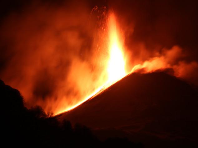 L'Etna 'bombarda' una troupe della Bbc. Le immagini dell'eruzione