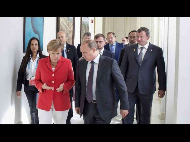 """Ucraina: Merkel e Putin, """"Situazione peggiora; accelerare pace"""""""
