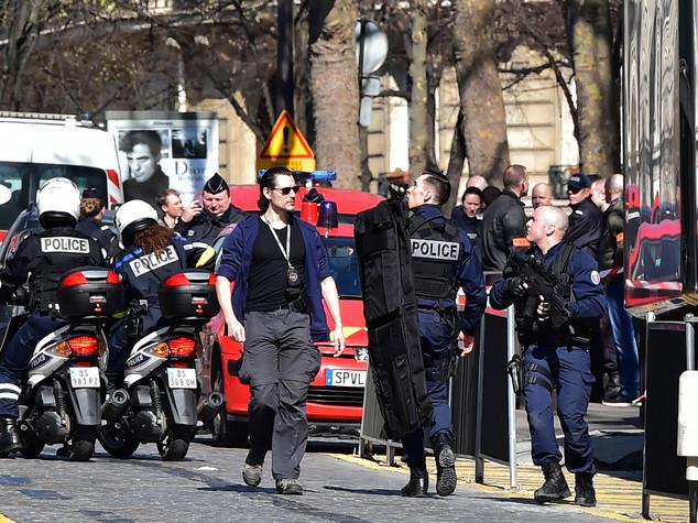 Paura in Francia: busta esplosiva a Parigi e sparatoria vicino Cannes