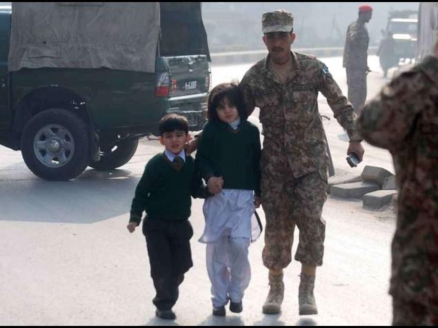Pakistan: strage studenti scuola militare, 100 bambini uccisi - Video