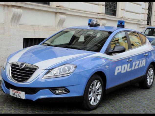 Le auto della Polizia cambiano livrea, spunta il tricolore - Foto