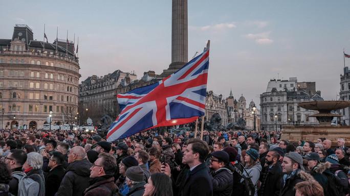 Londra, la fuga a Westminster, gli spari e la vittima a terra