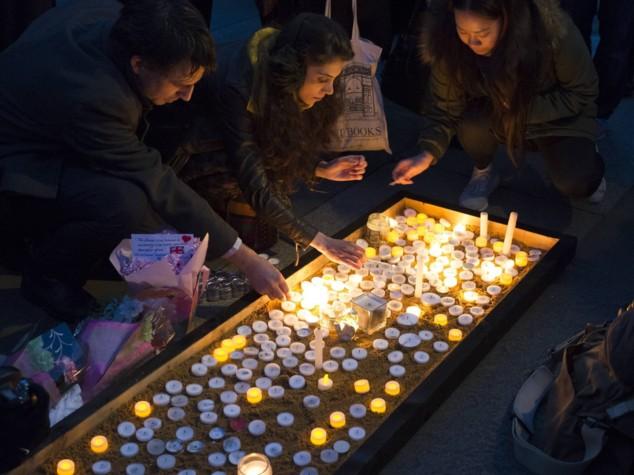 """""""Il terrorismo non ci spaventa"""": la risposta di Londra dalla veglia di Trafalgar Square"""