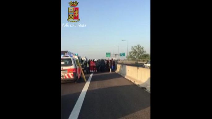 Pullman contro autocarro su A14 vicino Bologna, 16 feriti