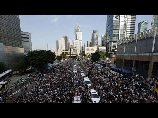 Dilaga la protesta anti-Pechino a Hong Kong: migliaia di manifestanti per le strade