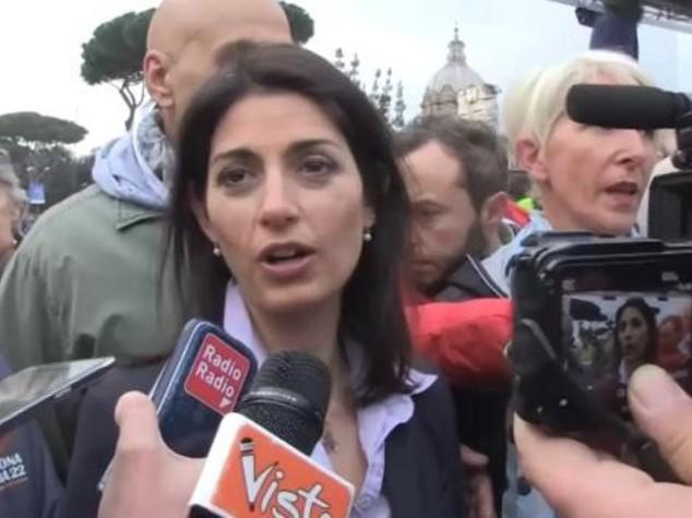 """Raggi annuncia: """"Chiuderemo i primi due campi rom"""""""