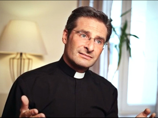 """Il teologo gay, """"ho un compagno"""" Il Vaticano, """"lasci gli incarichi"""""""