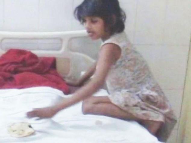 La bambina indiana allevata dalle scimmie che ha paura degli altri umani