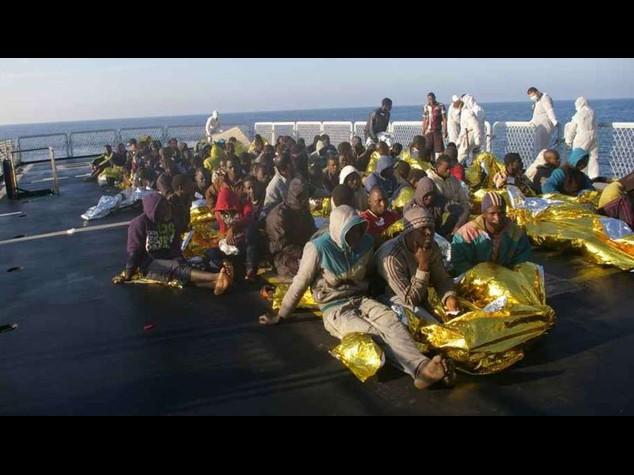 Immigrati: 1.080 profughi salvati in 12 ore dalla Marina