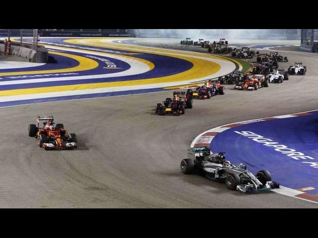 Hamilton domina a Singapore ed e' il nuovo leader