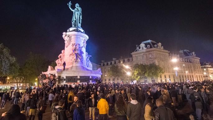 Notte di scontri a Parigi dopo il voto per le presidenziali