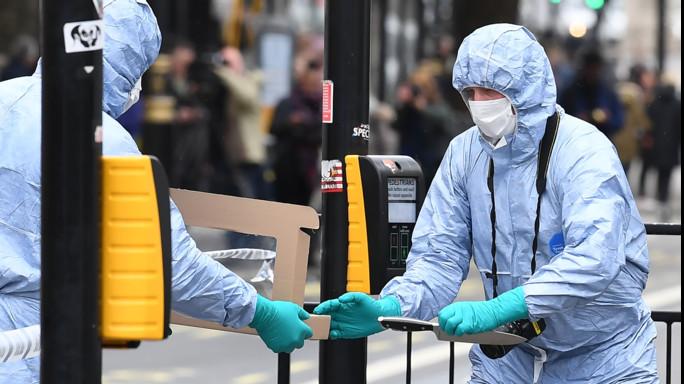 Londra: fermato un uomo con due coltelli vicino al Parlamento
