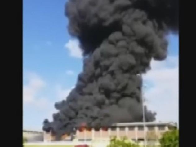 Roma, in fiamme deposito sulla Pontina. Paura per la nube tossica