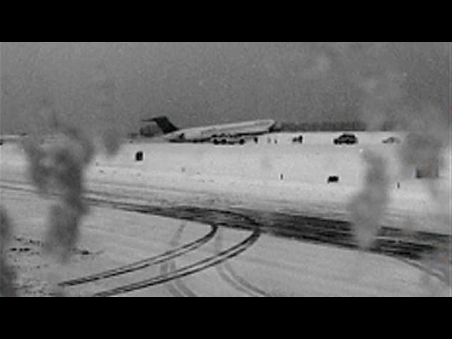Chiuso aeroporto 'La Guardia' di New York, aereo fuori pista urta recinzione