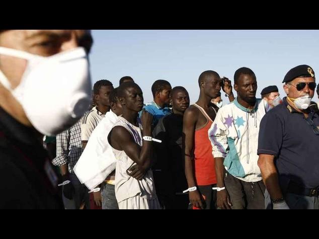 Immigrati: oltre 250 profughi a Pozzallo, grave un bambino