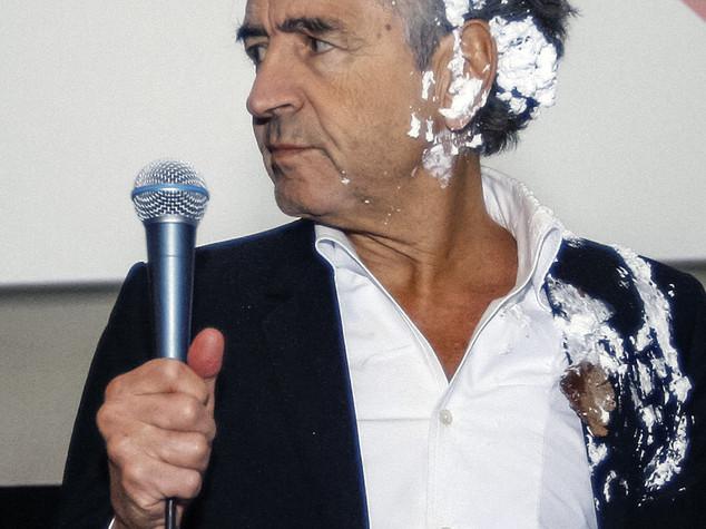 Settima torta in faccia in carriera per Bernard Henri Levy
