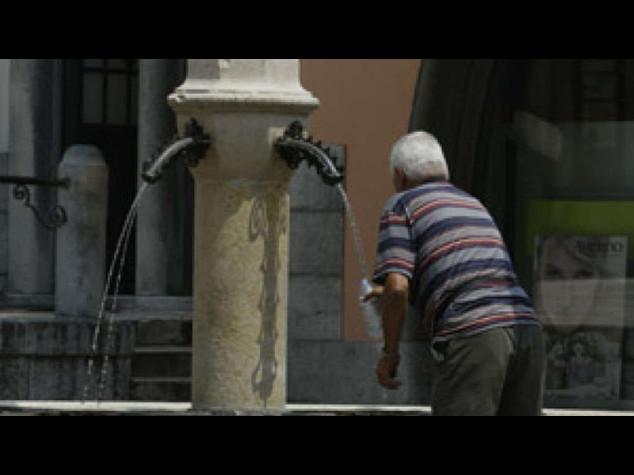 Caldo: Federanziani, un decalogo per difendersi dall'afa