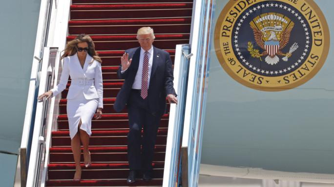 Trump porge la mano a Melania, la first lady la spinge via