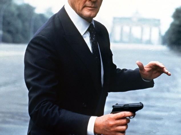 """Addio a Roger Moore, l'altra metà di Tony Curtis e 7 volte """"007"""""""